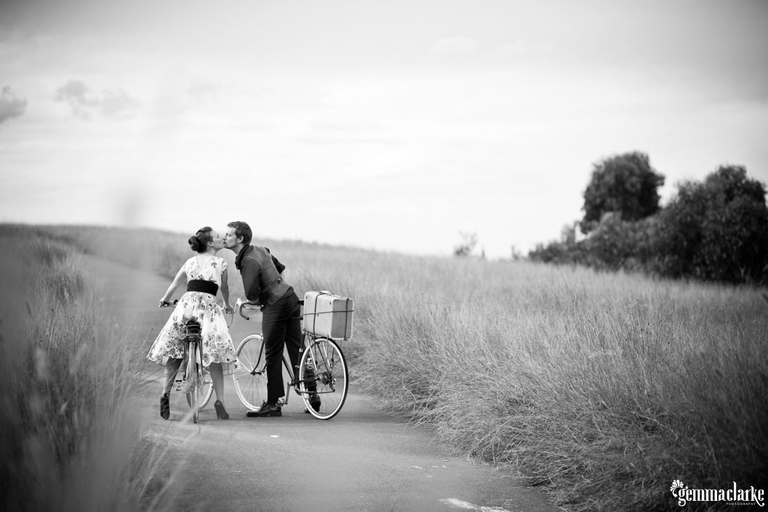 gemma-clarke-photography_bike-engagement-photos_vintage-engagement-photos_camille-and-sean_0011