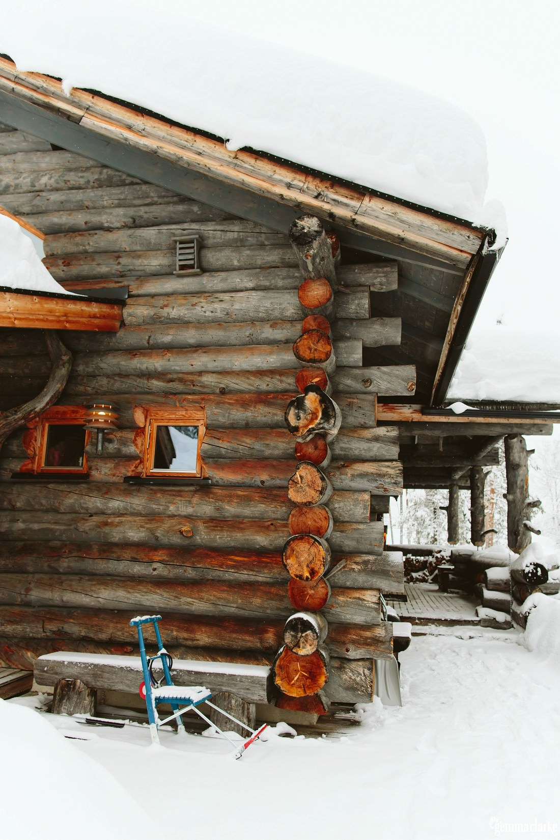 Very thick snow on the roof of a wooden cabin