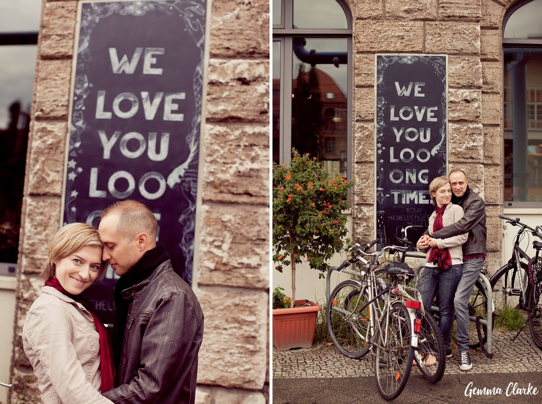 Two placements of a couple in front of a chalkboard wall and leaning against bikes in these Lifestyle Portraits in Berlin